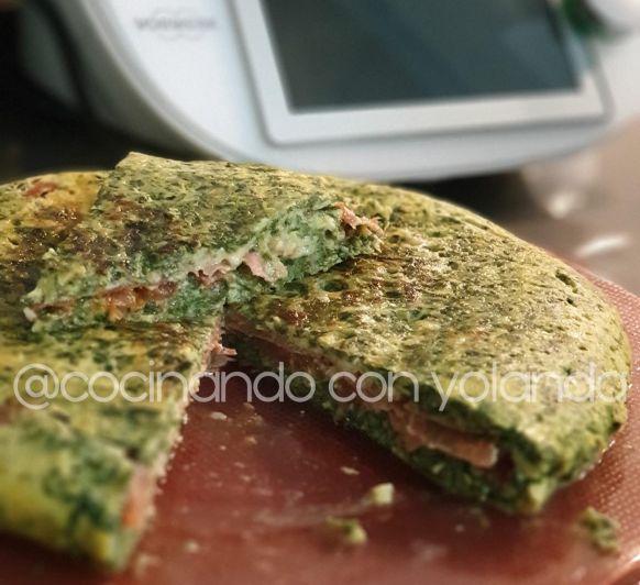 Tortilla de acelgas rellena de tomate, queso y jamòn serrano.